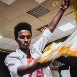 Dal barcone al palco del Teatro Sociale  Storie di migranti e di accoglienza