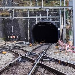 Escavatore si ribalta in stazione Bellinzona, problemi per i treni