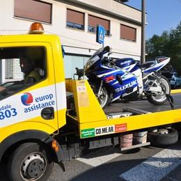 Cantù, auto se ne va dopo l'incidente  Motociclista finisce in ospedale