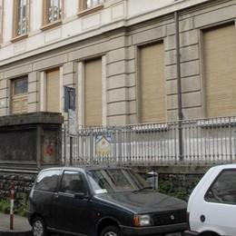 Scende in strada con uno spray urticante Via Pessina, paura per trenta bambini