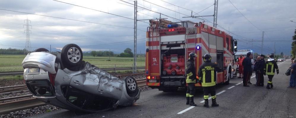 Si ribalta dopo lo scontro a Rovello  Carambola a Cirimido, cinque feriti