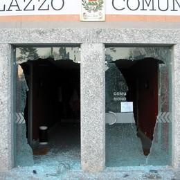 Monguzzo, assalta il Comune e sfonda le porte a mazzate