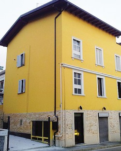 La palazzina di via Milano: indicata dalla freccia, la finestra dalla quale è caduto il bambino