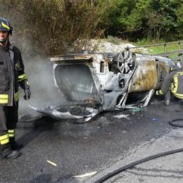 Lasnigo, a fuoco auto ribaltata  Provinciale Valassina bloccata