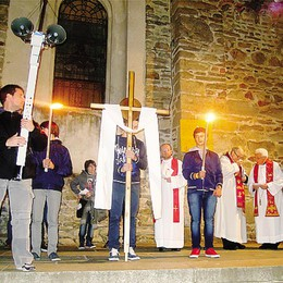 Un migliaio di fedeli  alla Via Crucis di Cantù