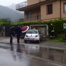 Auto fuori strada a Castelmarte  E centra i contatori del gas
