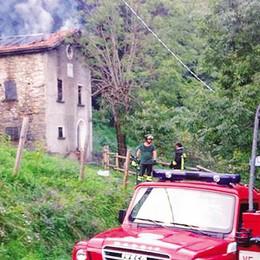 Cascina in fiamme a Blessagno  Ingenti danni, paura per i boschi