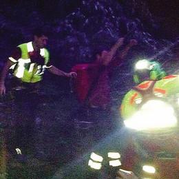 Nel dirupo con una spalla rotta  Livo, salvo grazie a due turisti