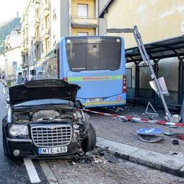 Via Milano, bus sul marciapiede travolge auto e pedoni. Cinque feriti    Guarda il video