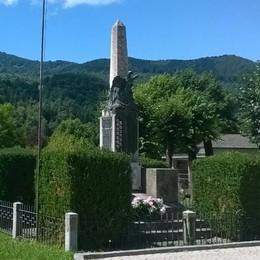 Il parroco benedice il cippo dei Caduti  E il sindaco lo multa: beffa da 54 euro