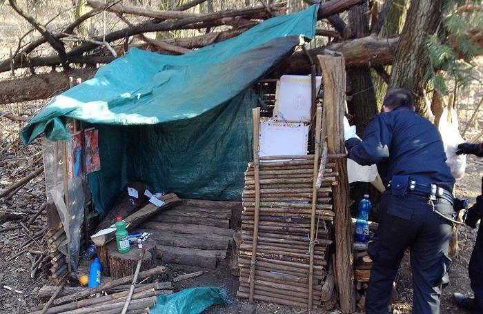 Binago - Operazione antidroga dei Carabinieri nei boschi: il casottino usato dallo spacciatore come campo base