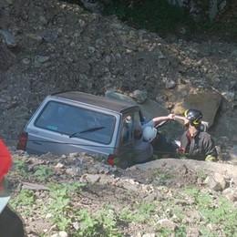 Barni, l'auto finisce nel fosso: illesa un'anziana