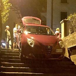 Il navigatore sbaglia strada  E l'auto finisce sulla scalinata