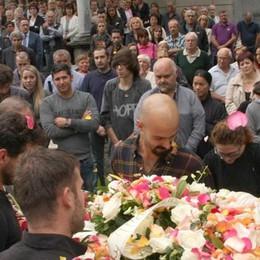 Petali di rose per l'addio a Francesco