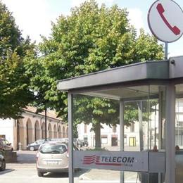 Erba, addio vecchie cabine telefoniche  I tempi cambiano, via altre quattro