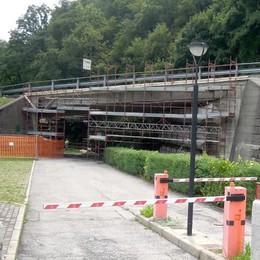 Ponte di Barni impacchettato Iniziati i lavori di consolidamento