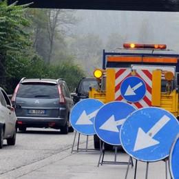 Si butta dal ponte della Statale 36  Allarme degli automobilisti, strada chiusa