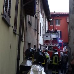 Crolla il tetto di una casa abbandonata  Evacuata una famiglia a Fenegrò