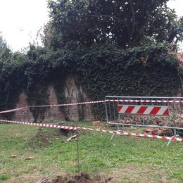 Crolla il muro nel parco comunale  Tragedia sfiorata a Veniano