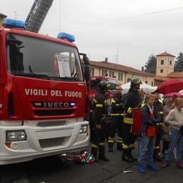 Appiano, ecco l'autobotte  Il dono dei cittadini ai loro pompieri