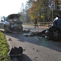 Scontro frontale tra auto  Due feriti a Navedano