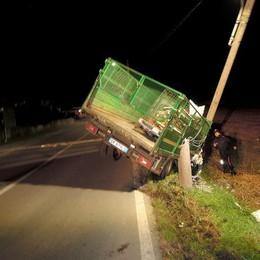 Fuoristrada con il camion  Spettacolare incidente a Lambrugo