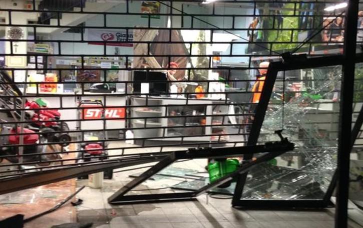 Con l'auto ariete sfondano la vetrina  Rubate attrezzature per 50mila euro