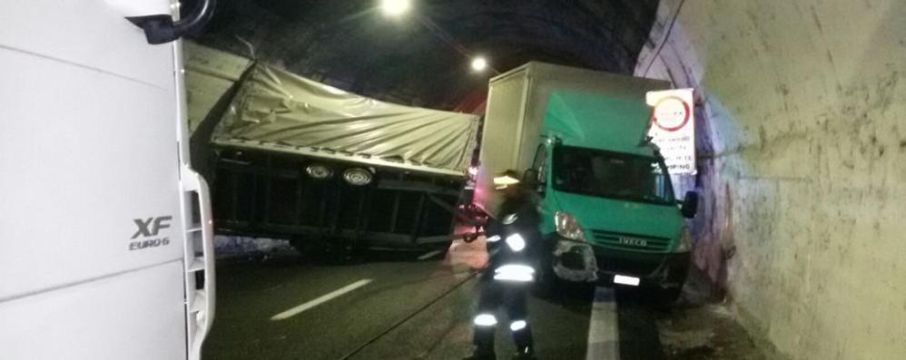 Autostrada riaperta dopo tre ore e mezza  Il caos dopo l'incidente in galleria