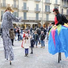 Festa in centro con le maschere  Animazione sui trampoli