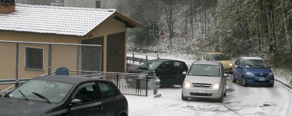 Cusino, nessuno pulisce la strada  Il bus degli studenti slitta sulla neve