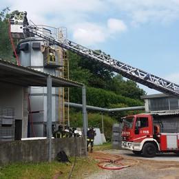 Va a fuoco un silo Pompieri a Figino