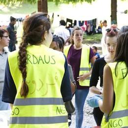Prefabbricati, non si sa dove   Serviti 500 pasti ai migranti  I volontari svizzeri (video)