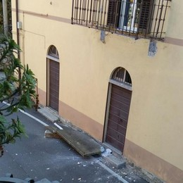 Il navigatore gli fa sbagliare strada   E il tir abbatte balcone a Schignano