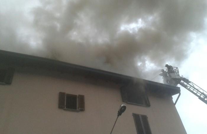Brucia il tetto di una casa paura per una famiglia for Piani di casa bassa architettura del paese