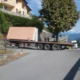 Camion bloccato sul tornante  Auto in coda ad Argegno