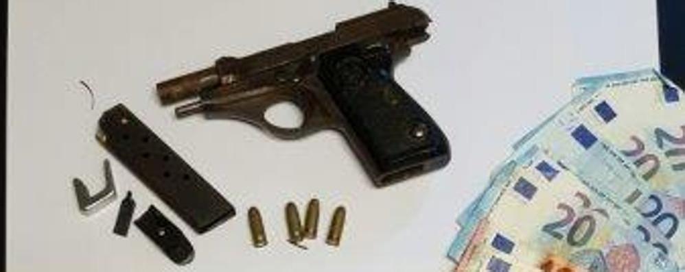 Nel bivacco degli spacciatori  una pistola oltre alla droga