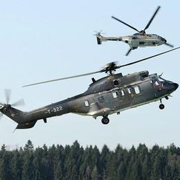 Cade elicottero svizzero: due morti  Turisti canturini i primi a intervenire   Il video L'incendio e i soccorsi