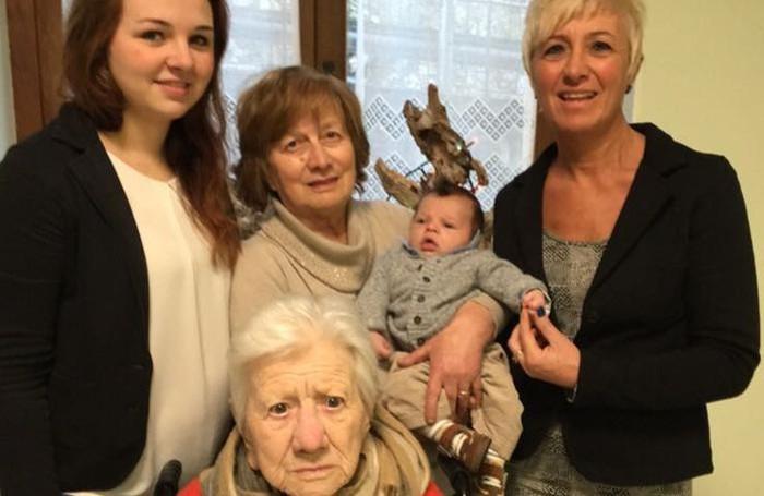 Cinque generazioni in famiglia - Castiglione d'intelvi - S. pedrazzani - davanti seduta la trisnonna Maria Pellegrini. in piedi, da sinistra la neo-mamma Silvia Peduzzi, poi la bisnonna Angela Biffi con in braccio il piccolo Edoardo Cetti; a destra la nonna Marina Fasoli.