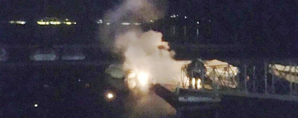 Lenno, a fuoco pontile galleggiante  Danni a una barca attraccata. Video