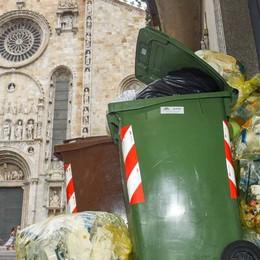 Como, basta monumenti nascosti dai rifiuti: cambierà la raccolta
