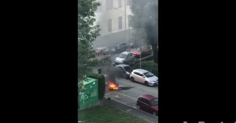 Moto in fiamme in via Zezio