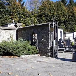 Scippata al cimitero di Vighizzolo  «Un pugno in testa, poi i calci»