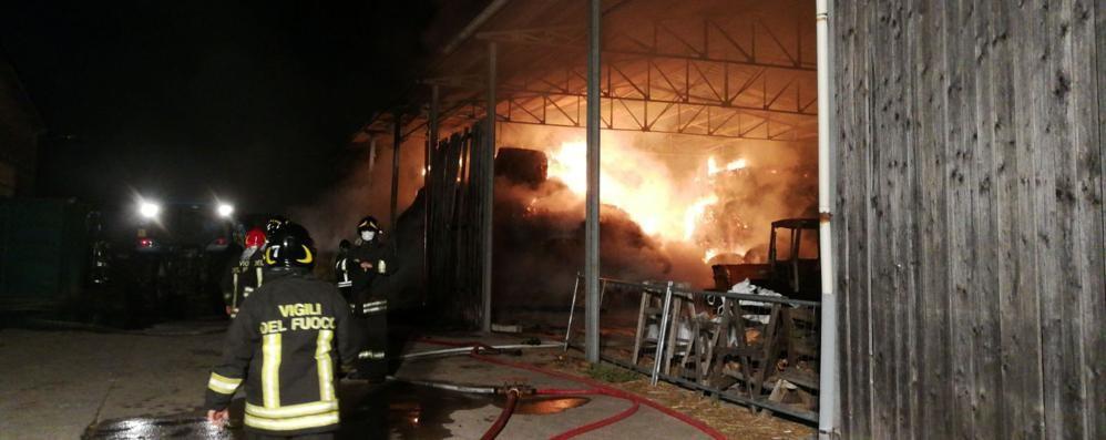 Guanzate, incendio  in un capannone