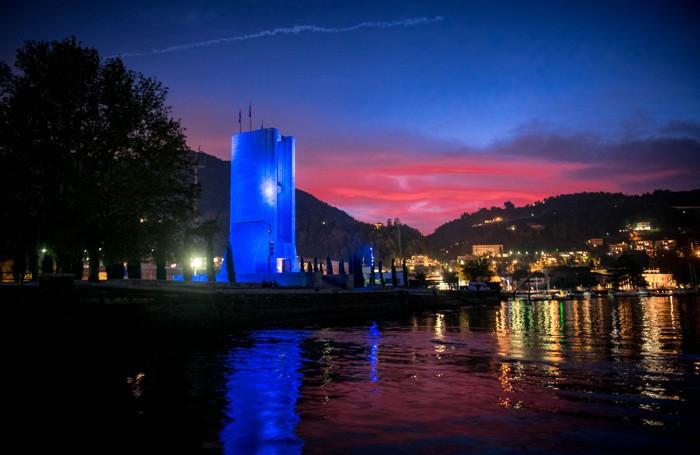 Como monumento ai caduti illuminato di blu per il festival del light design 8208, terragni, razionalismo