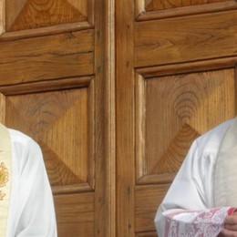 Valmorea abbraccia don Silvio  Il vescovo saluta il nuovo parroco