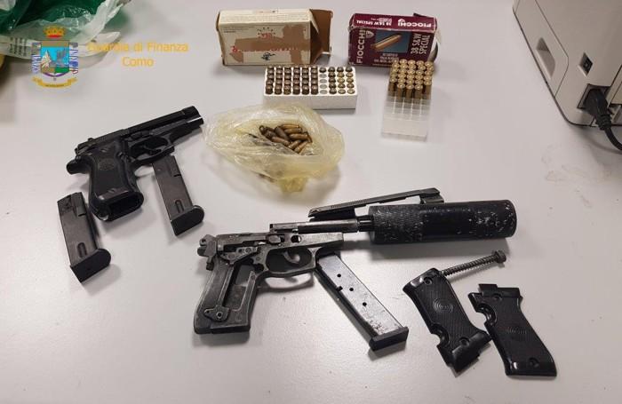 Le armi ritrovate in auto e nel condominio di Brembate