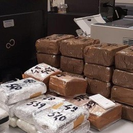 Doppio fondo nell'auto  Sequestrate armi e droga