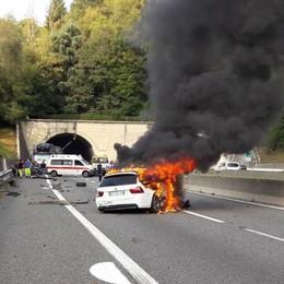 Si ribalta con l'auto in A9 Automobilista salvato dalle fiamme