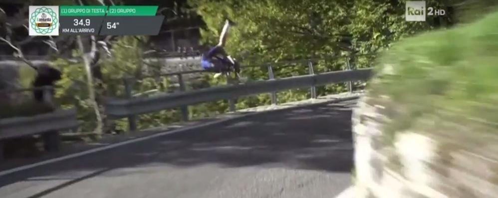 Incidente al Giro di Lombardia Ciclista finisce fuori strada Ferito, non è in gravi condizioni