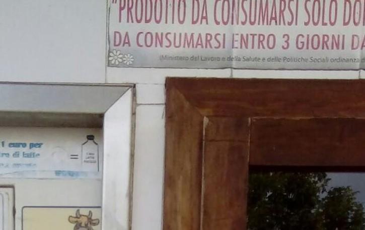 Dai vandalismi alla burocrazia  Chiuso il distributore del latte